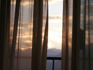 Efektowne i wytrzymałe zasłony na balkon